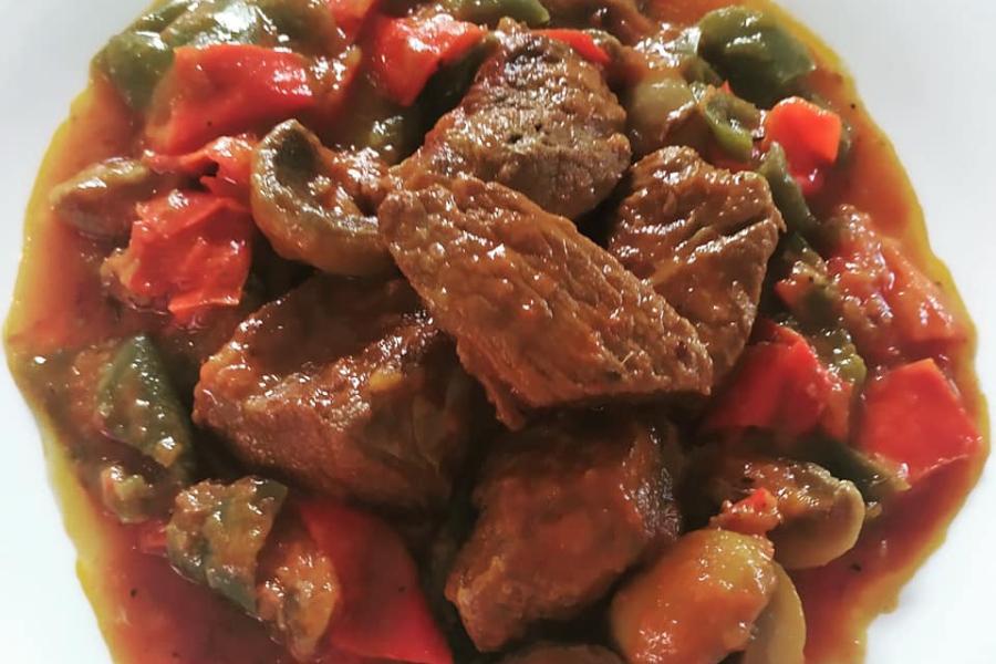 Μοσχαράκι κοκκινιστό με πιπεριές και μανιτάρια!