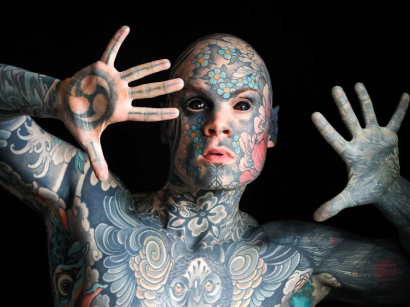 Δάσκαλος δημοτικού παραπονιέται πως έχασε τη δουλειά του λόγο τατουάζ