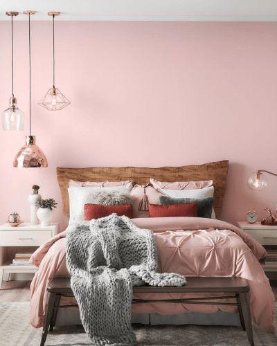 Ροζ τοίχοι και διακοσμητικά στην κρεβατοκάμαρα