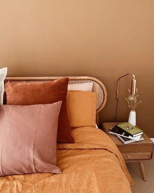 Συνδυασμός ροζ διακοσμητικών και μπεζ τοίχων στην κρεβατοκάμαρα