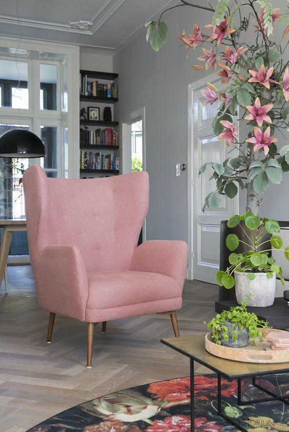 Ροζ έπιπλα και διακοσμητικά στο σαλόνι