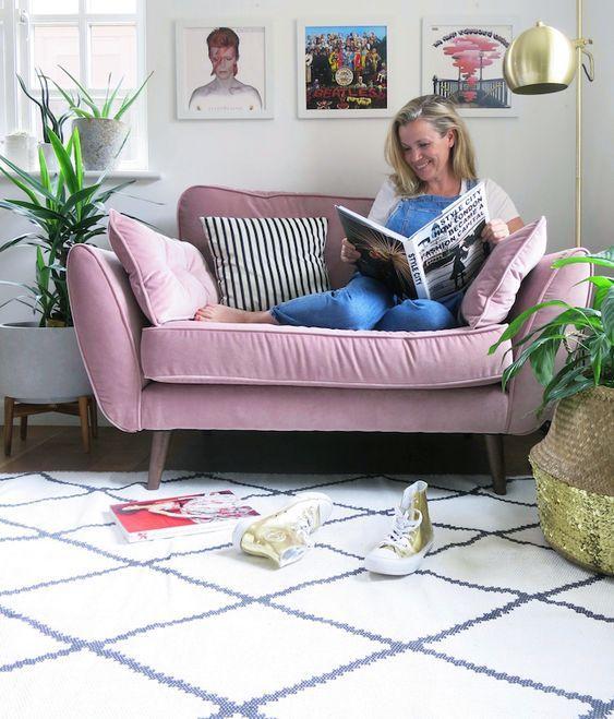 Ροζ καναπές στο καθιστικό