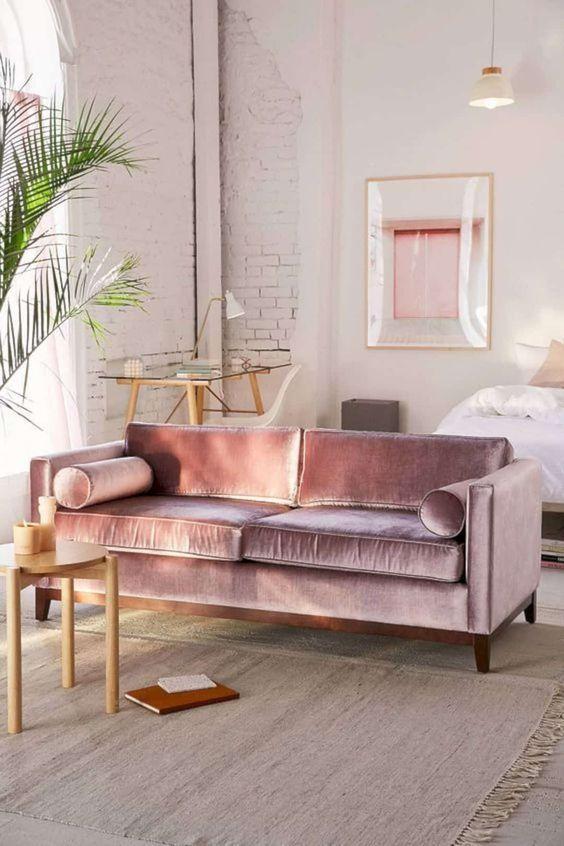 Ροζ τοίχοι και έπιπλα στο καθιστικό
