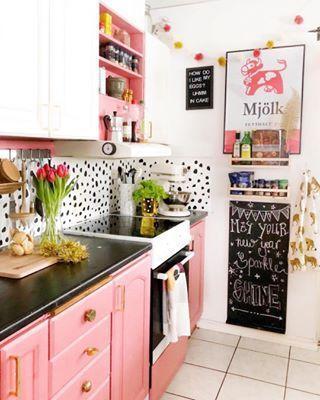 Ροζ ντουλάπια και διακοσμητικά στην κουζίνα- ιδέες διακόσμησης σε ροζ αποχρώσεις