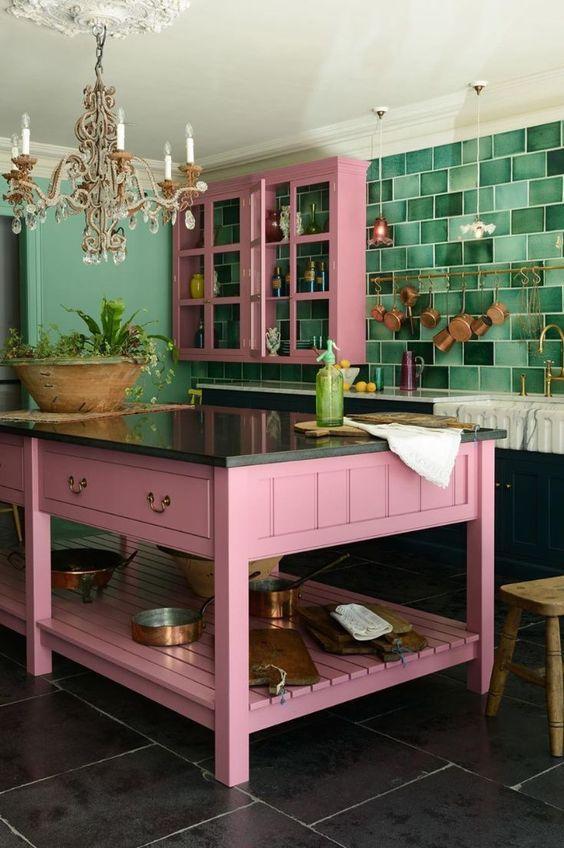 Ροζ ντουλάπια και τραπεζαρία στη κουζίνα