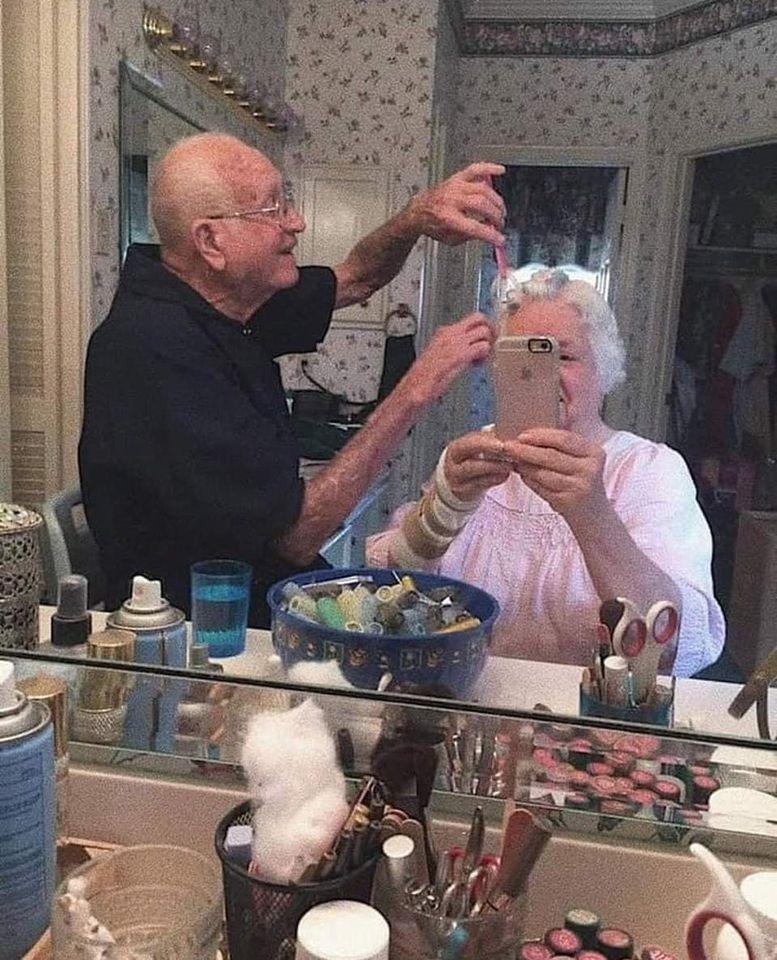 παππούς φτιάχνει τα μαλλιά της γυναίκας του
