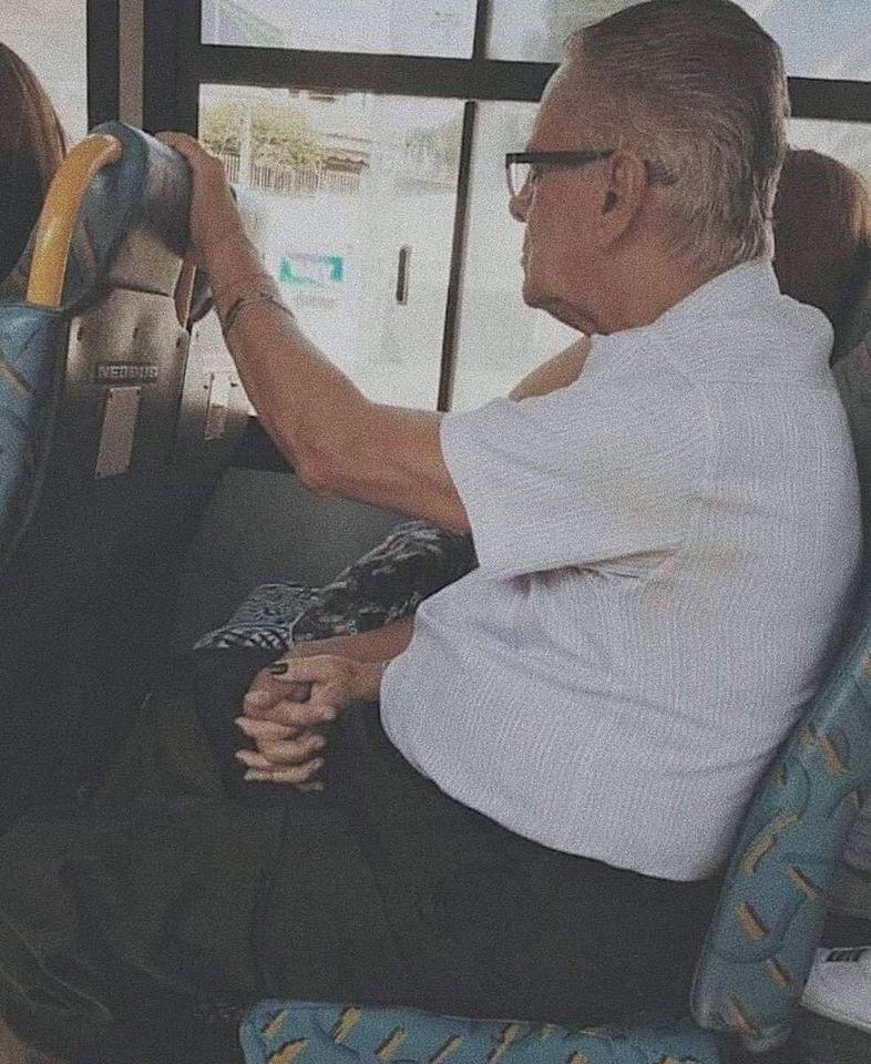παππούς και γιαγιά χέρι χέρι στο λεωφορείο