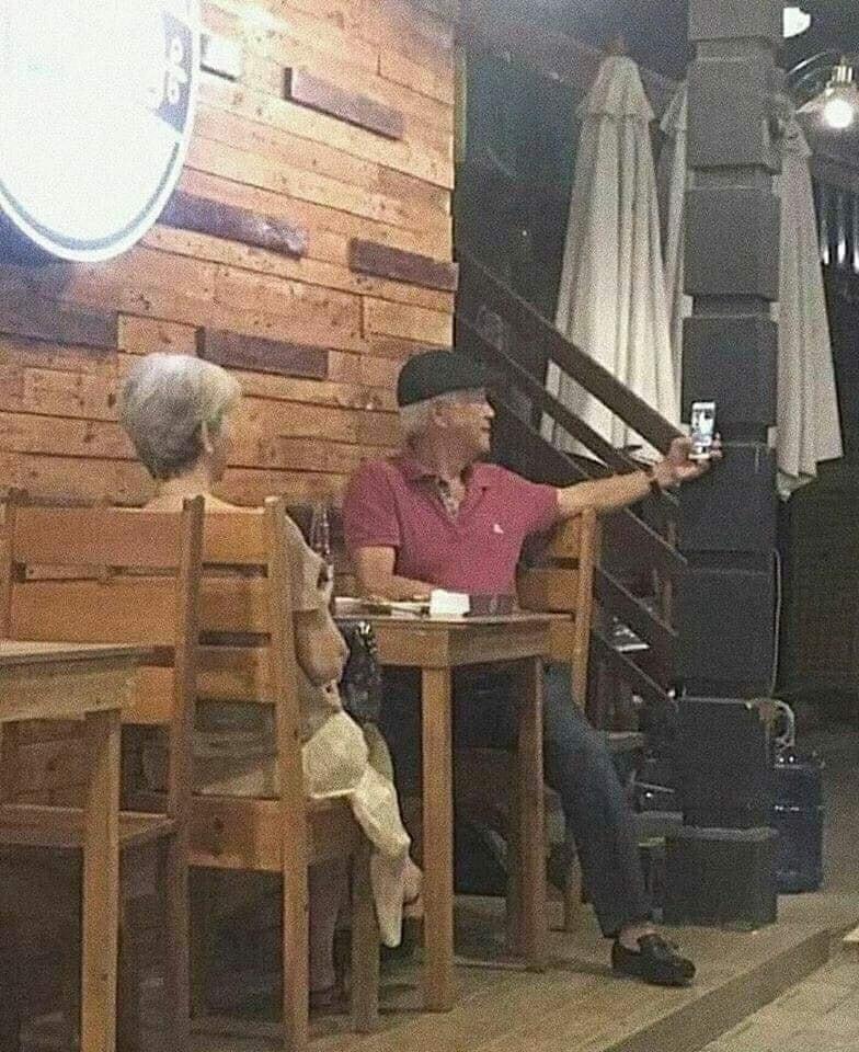 παππούς και γιαγιά βγάζουν selfie