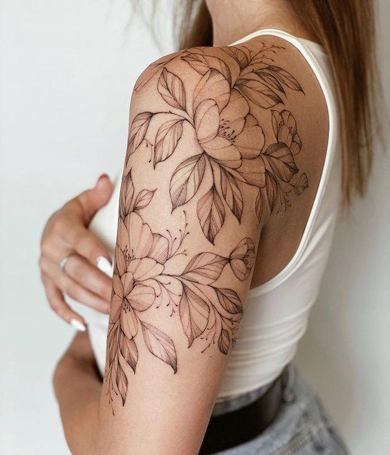Γυναικείο τατουάζ μανίκι με λουλούδια και φύλλα