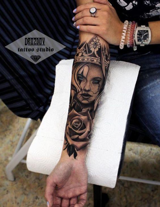 Γυναικείο τατουάζ μανίκι με γυναικείο πρόσωπο και κορόνα