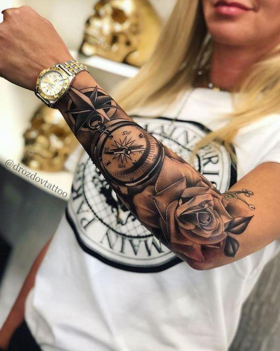 Γυναικείο τατουάζ μανίκι με πυξίδα