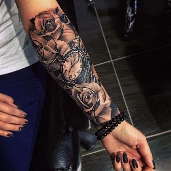 Γυναικείο τατουάζ μανίκι με vintage ρολόι