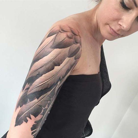 Γυναικείο τατουάζ μανίκι που μοιάζει με φτερούγα