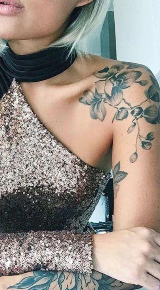 Γυναικείο τατουάζ μανίκι στον ώμο με λουλούδια