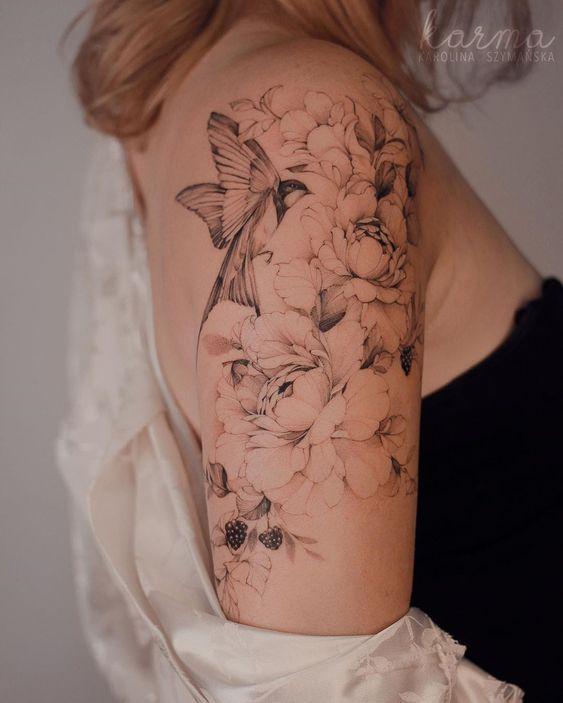 Γυναικείο τατουάζ μανίκι με ξεθωριασμένα λουλούδια και πουλιά