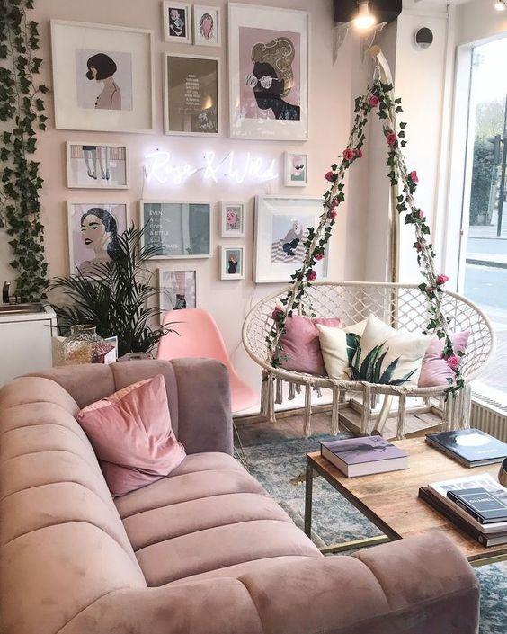 Οι τάσεις που θα κυριαρχήσουν στην διακόσμηση το 2021: βελούδινος καναπές στο σαλόνι ιδέες