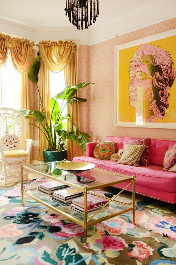 Οι τάσεις που θα κυριαρχήσουν στην διακόσμηση το 2021: χρυσές κουρτίνες στο σαλόνι