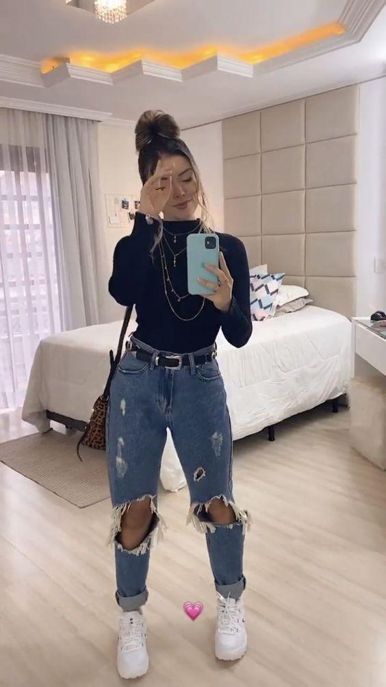 Τάσεις στα γυναικεία jean παντελόνια: μπλε jean παντελόνι με σκισίματα και μπαντζάκια