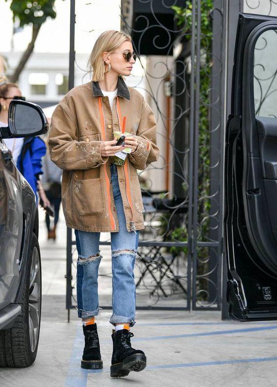 Τάσεις στα γυναικεία jean παντελόνια: γαλάζιο jean παντελόνι με σκισίματα και μπαντζάκια