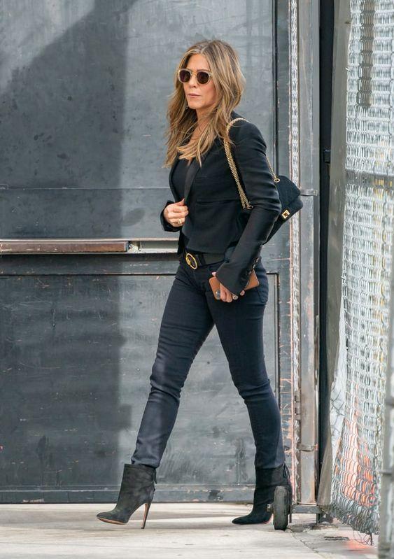 Τάσεις στα γυναικεία jean παντελόνια: μαύρο jean παντελόνι Jennifer Aniston