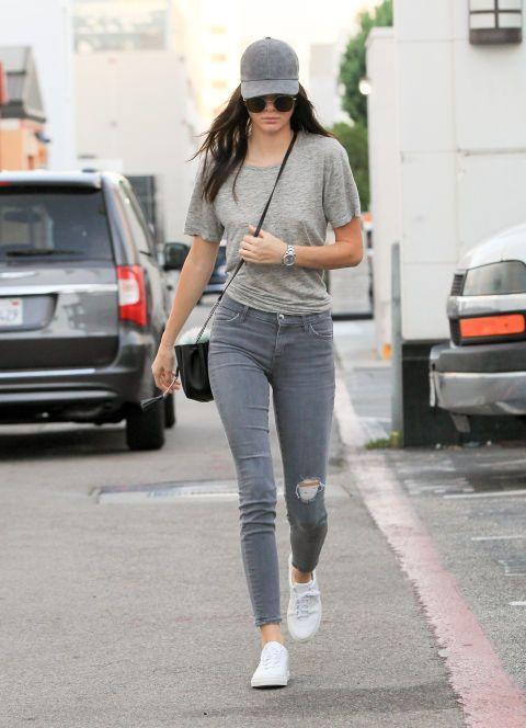Τάσεις στα γυναικεία jean παντελόνια: γκρι jean παντελόνι με σκισίματα