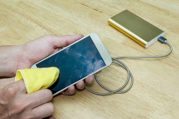 10 μικρά πράγματα που μπορούν να κάνουν κάθε γυναίκα να φαίνεται λίγο ακατάστατη: οι δαχτυλιές στο κινητό και η βρώμικη θήκη του