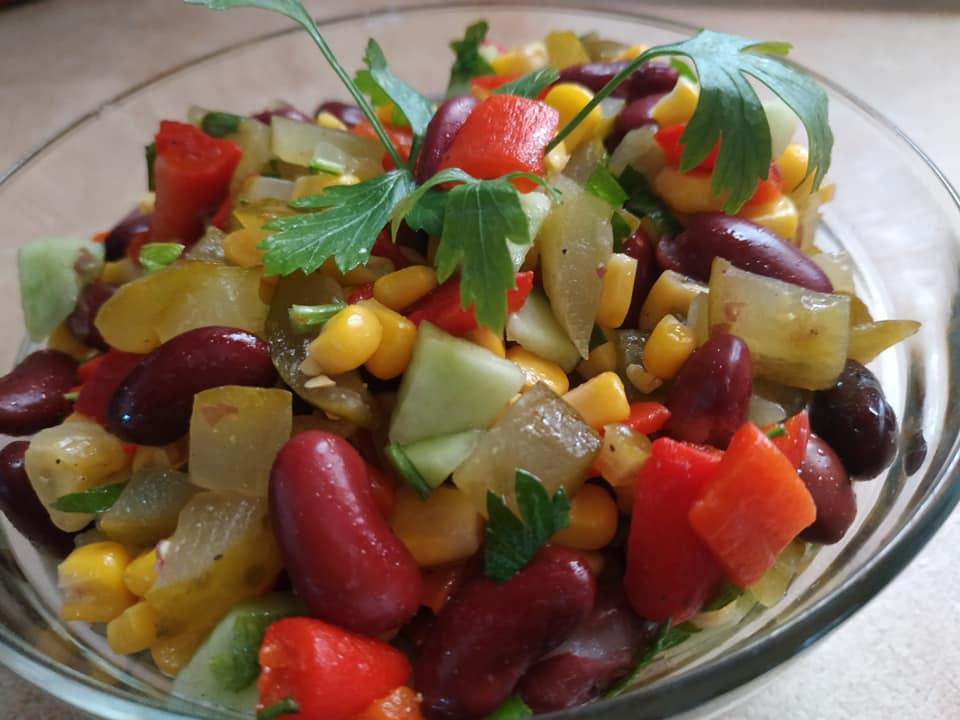 Σαλάτα με κόκκινα φασόλια αγγουράκι, τουρσί