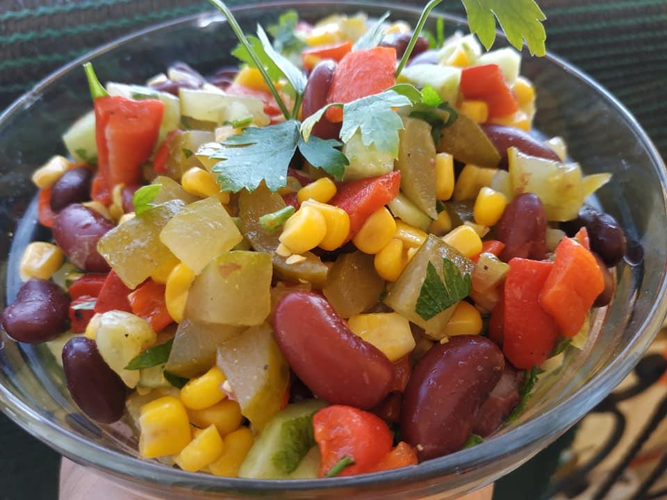 Σαλάτα με κόκκινα φασόλια αγγουράκι, τουρσί ,καλαμπόκι, πιπεριά φλωρίνης και αγγούρι.