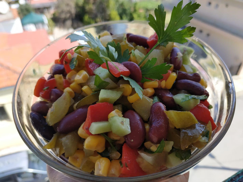 Σαλάτα με πολύχρωμα λαχανικά συνταγή