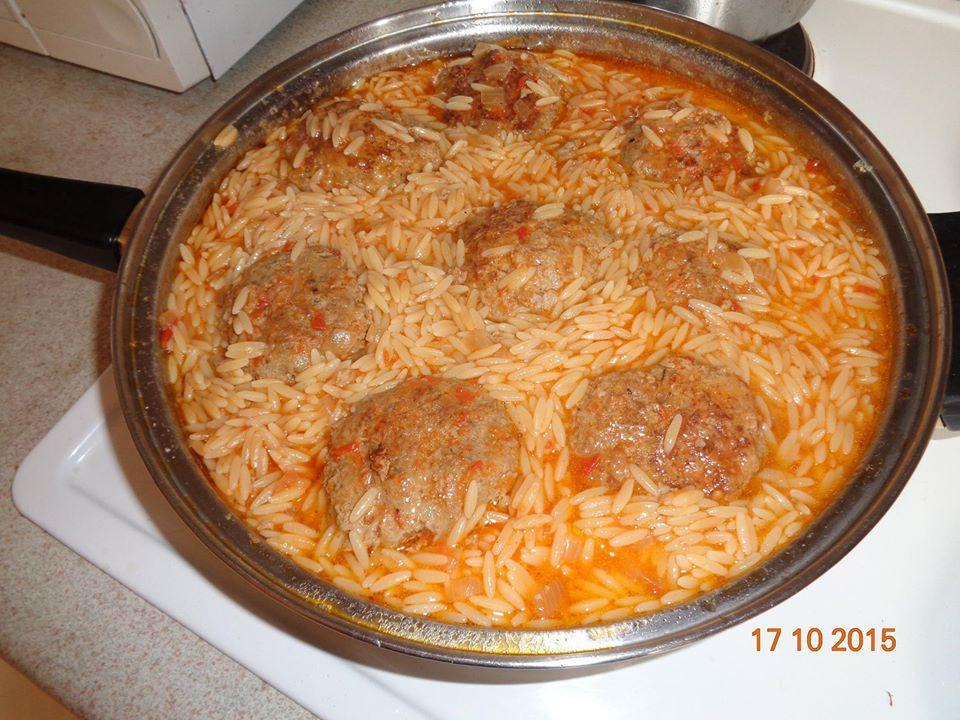 Φαγητό στο ολοήμερο που δεν θέλει ζέσταμα – Συνταγές για φαί χωρίς ζέσταμα : Μπιφτέκια κοκκινιστά με κριθαράκι