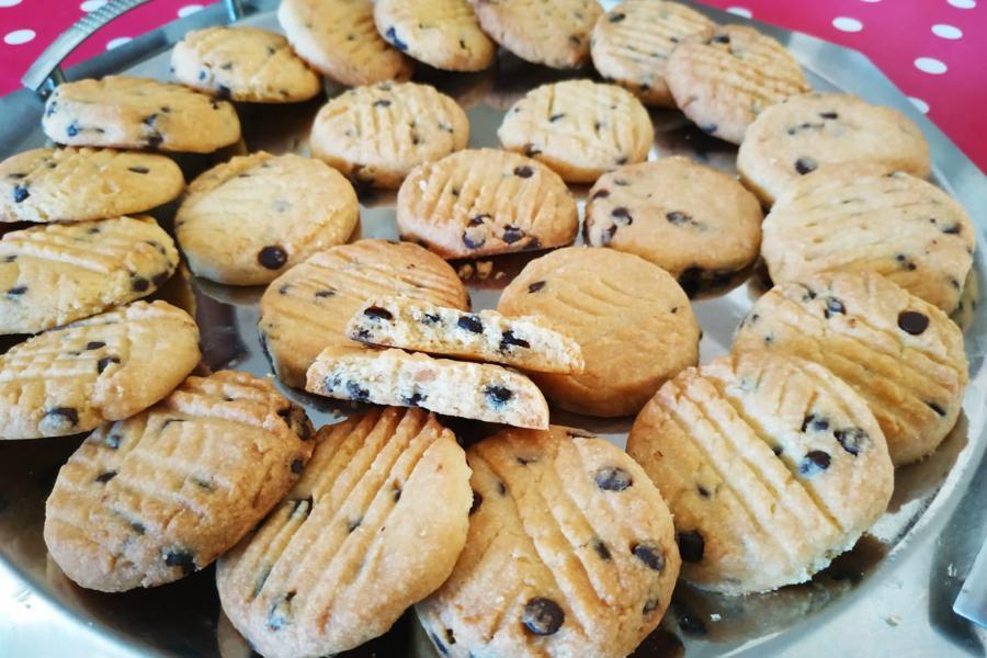 Υπέροχα & τραγανά μπισκότα βουτύρου με σοκολάτα & μόνο 6 υλικά