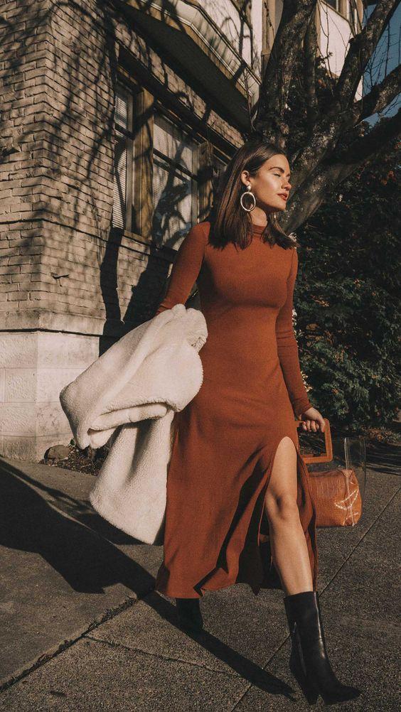 Τα πιο trendy φορέματα για το Φθινόπωρο: Καφέ φόρεμα σε ίσια γραμμή με σκίσιμο στο πόδι