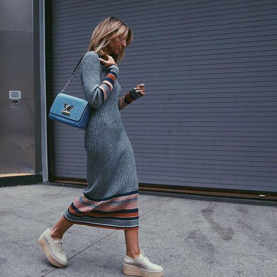 Τα πιο trendy φορέματα για το Φθινόπωρο: Γκρι πλεκτό φόρεμα με χρωματιστές λεπτομέρειες στα μανίκια και στις άκρες του