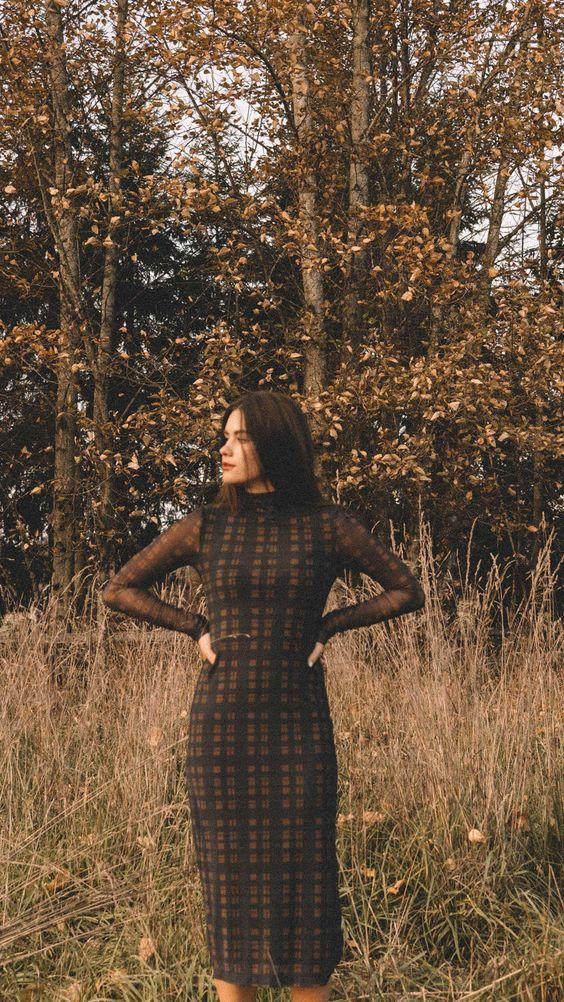 Τα πιο trendy φορέματα για το Φθινόπωρο: καφέ καρό φόρεμα σε ίσια γραμμή