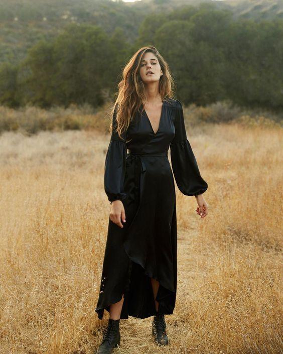 Τα πιο trendy φορέματα για το Φθινόπωρο: μακρύ satin μαύρο φόρεμα