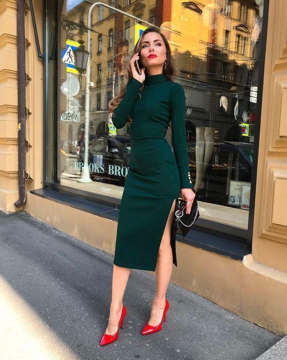 Τα πιο trendy φορέματα για το Φθινόπωρο: πράσινο φόρεμα σε ίσια γραμμή με σκίσιμο στο πόδι