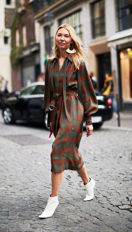Τα πιο trendy φορέματα για το Φθινόπωρο: καρό μακρύ φόρεμα για την δουλειά