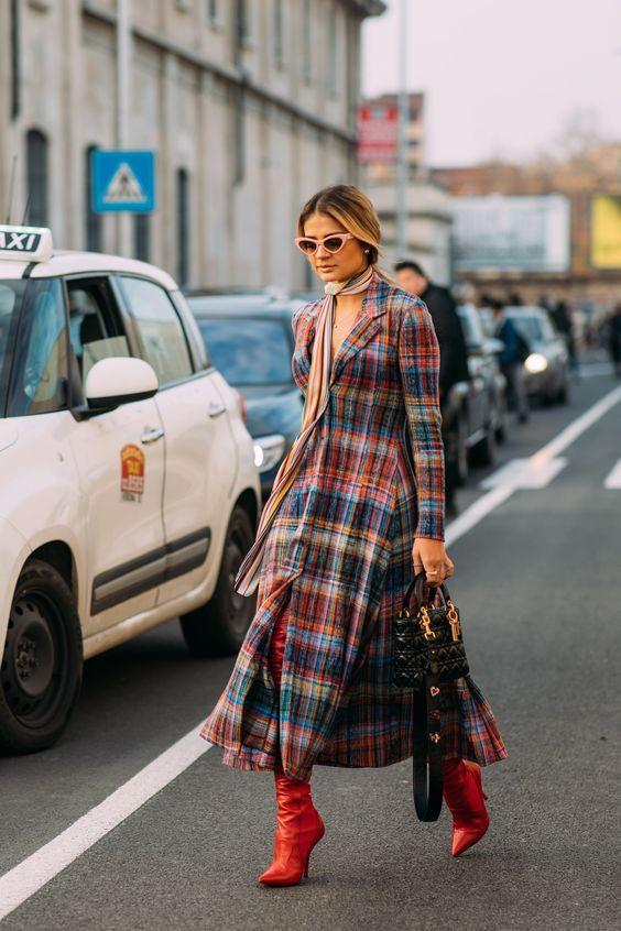 Τα πιο trendy φορέματα για το Φθινόπωρο: καρό μακρύ φόρεμα για casual εμφανίσεις