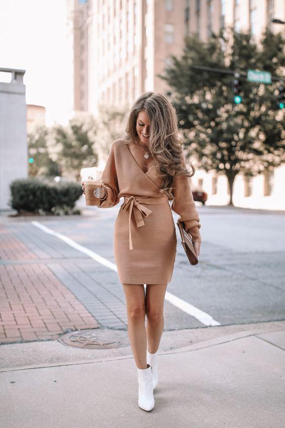 Τα πιο trendy φορέματα για το Φθινόπωρο: μπεζ μίνι φόρεμα με ζώνη στην μέση