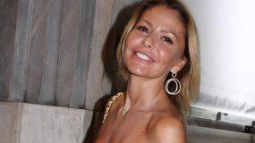 Τζένη Μπαλατσινού: Ποζάρει στον καναπέ της στον έβδομο μήνα της εγκυμοσύνης της(εικόνα)