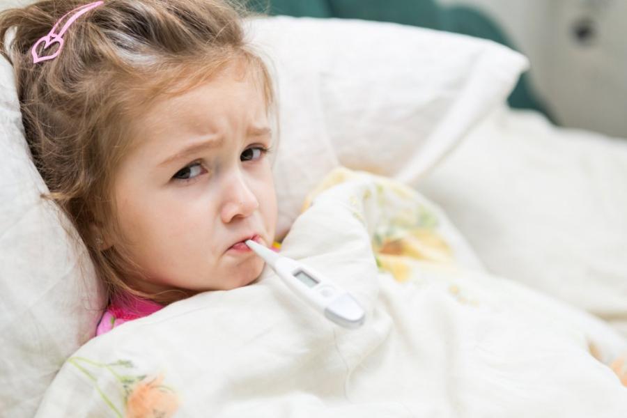 Φταίμε εμείς που το παιδί μας αρρωσταίνει συνέχεια; Παιδίατρος εξηγεί