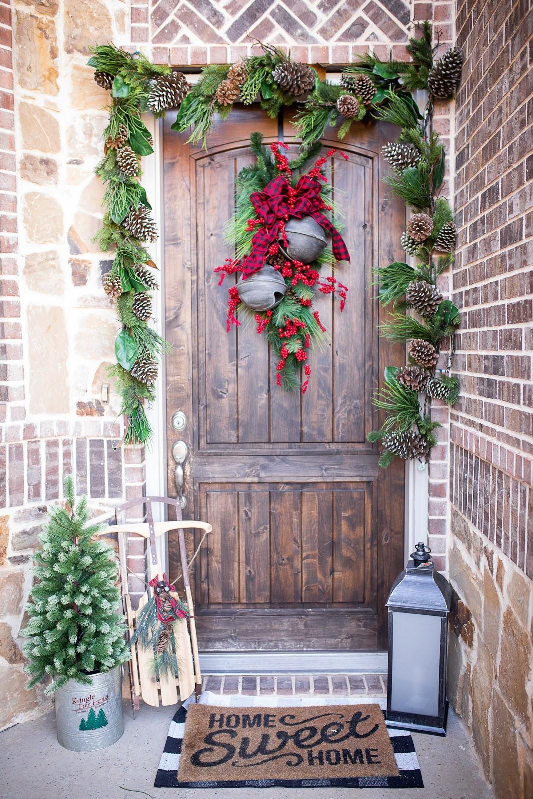 Christmas Decorating Trends 2020: Παραδοσιακός στολισμός στο σπίτι με κουκουνάρια, φύλλα ελάτων και κουδουνάκια