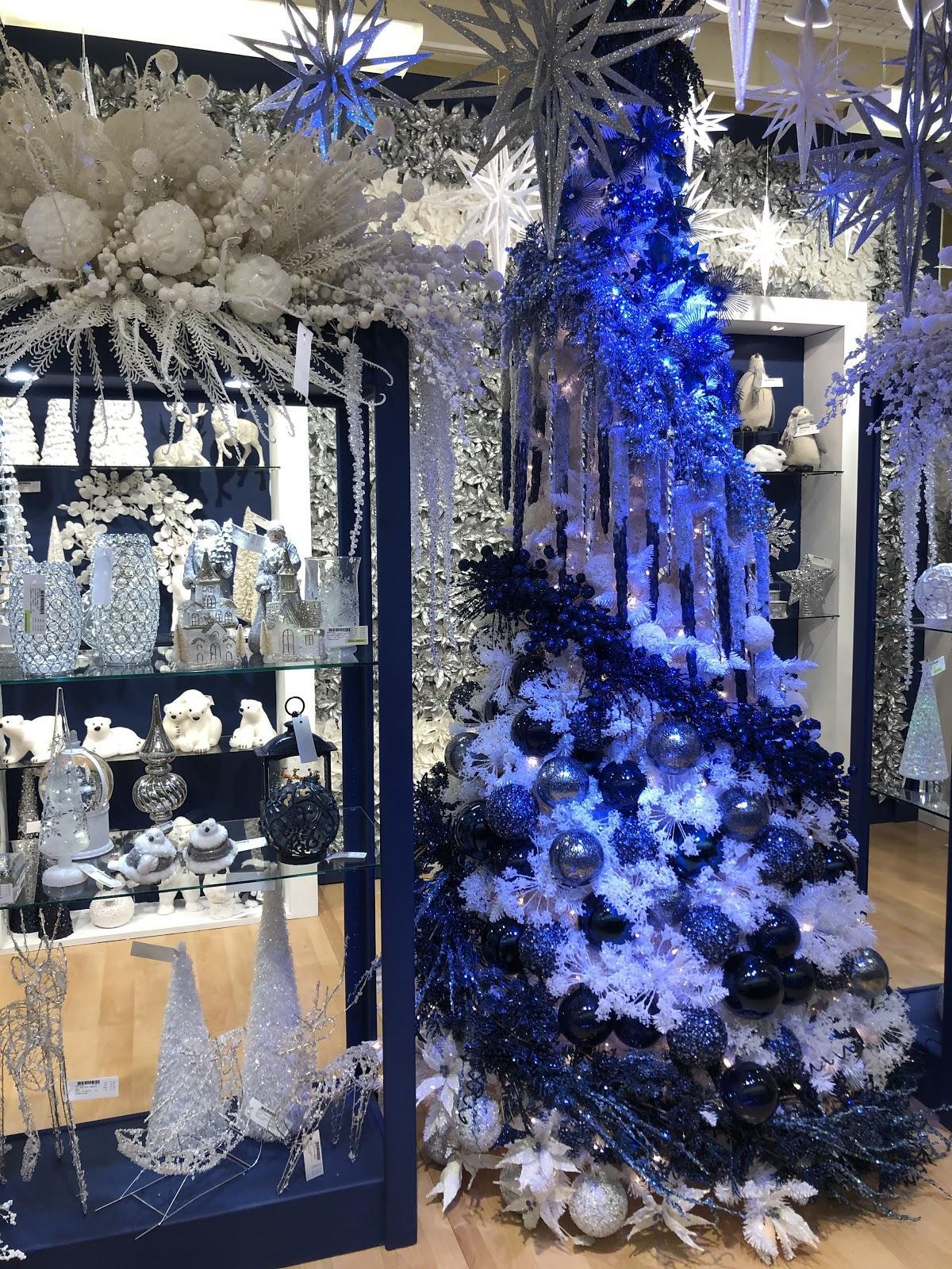 Christmas Decorating Trends 2020: μπλε φώτα στο χριστουγεννιάτικο δέντρο