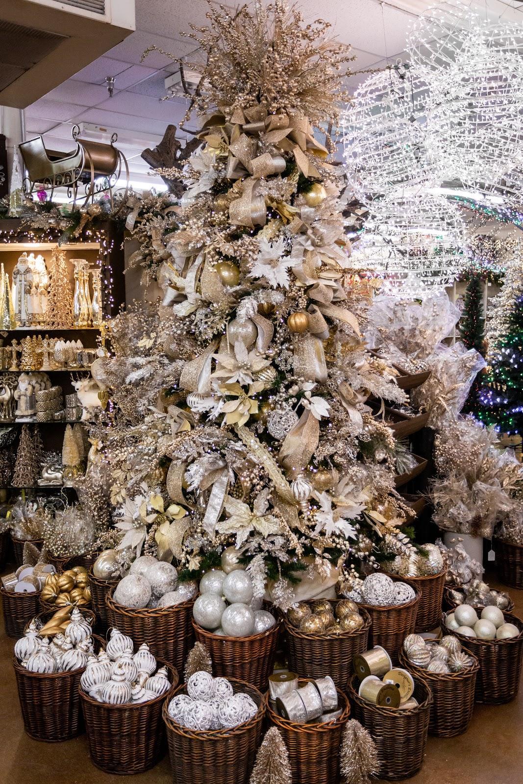Christmas Decorating Trends 2020: χριστουγεννιάτικο δέντρο στολισμένο σε platinum αποχρώσεις