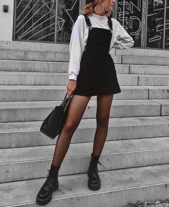 Black & white outfits: Μαύρο mini φόρεμα με λευκό φούτερ, μαύρο καλσόν και μαύρη τσάντα