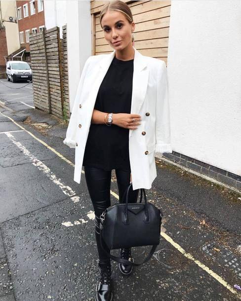 Black & white outfits: Μαύρη μπλούζα, μαύρο παντελόνι, μαύρα αρβυλάκια, μαύρη τσάντα και άσπρο παλτό