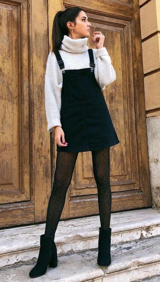Black & white outfits: μαύρο φόρεμα, λευκό φούτερ, μαύρο καλσόν με σχέδια και μαύρα καστόρινα μποτάκια