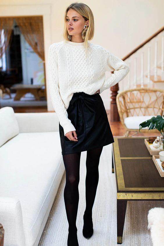 Black & white outfits: μαύρη πλεκτή μπλούζα, μαύρο καλσόν και μαύρη δερμάτινη μίνι φούστα