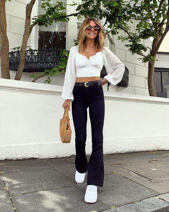 Black & white outfits: λευκή μπλούζα με μαύρο τζιν παντελόνι