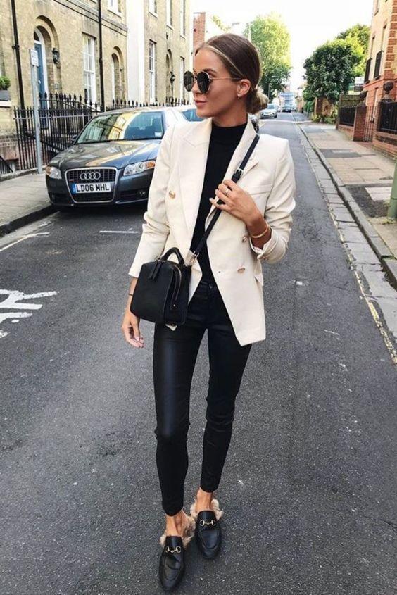 Black & white outfits: Λευκό παλτό, με μαύρη μπλούζα, μαύρο δερμάτινο κολάν και μαύρη τσάντα